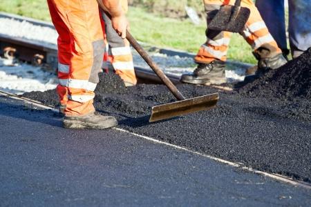 obreros trabajando: Obreros en una construcci�n de carreteras Foto de archivo
