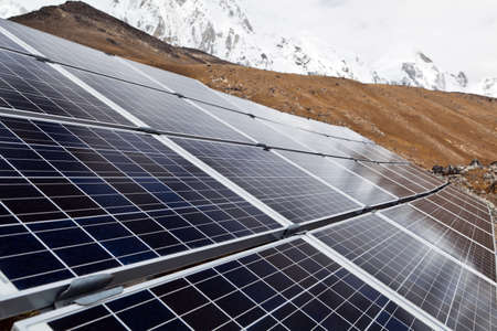 energia solare: Solar Power Station in montagne di Himalaya, Nepal