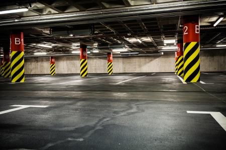 bedrijfshal: Parkeergarage ondergronds interieur. Heldere neon licht in industrieel gebouw kelder, staal en beton. Redactioneel
