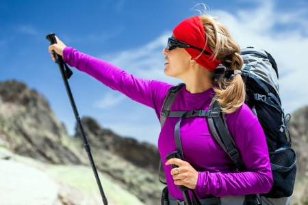 senderismo: Mujer de excursi�n con mochila en las monta�as, C�rcega Francia Foto de archivo