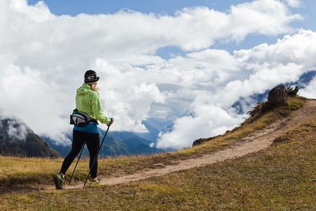 Mujer que camina nórdico Caminante en las montañas del Himalaya en Nepal. Trekking en el otoño de la naturaleza, el paisaje de montaña.