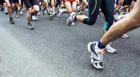 maraton: Las personas que se ejecutan en calle de la ciudad de marat�n en la carretera de asfalto. Los corredores de jogging, deporte y ejercicio, la raza y la competencia