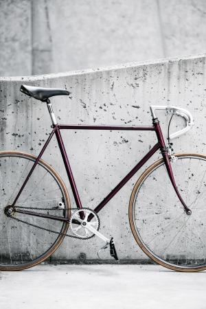 clavados: Ciudad bicicleta fija artes y muro de hormigón