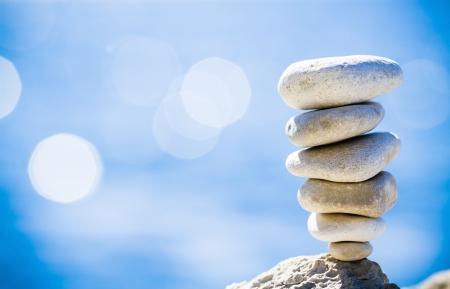 Equilibrio Stones, pila jerarquía sobre el mar azul en Croacia Spa o el bienestar, la libertad y el concepto de estabilidad en las rocas