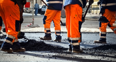 constructor: Obreros en una construcci�n de carreteras, la industria y el trabajo en equipo