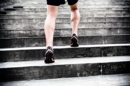 escalera: Corredor hombre corriendo en las escaleras en la ciudad