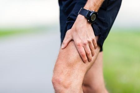 masaje deportivo: Runner pierna y el dolor muscular durante el entrenamiento al aire libre en ejecución