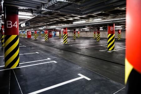 iluminados: Parking garaje interior bajo tierra, las luces de neón en el edificio industrial oscuro, la construcción pública moderna