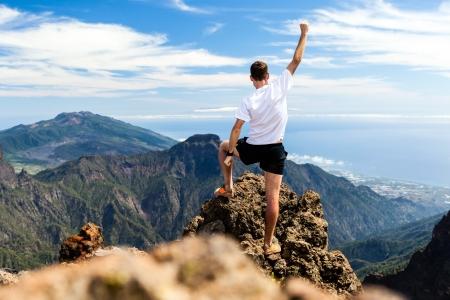 Trail Runner, Mann und Erfolg in den Bergen. Laufen, Sport, Fitness und gesunde Lebensweise im Freien im Sommer Natur Standard-Bild