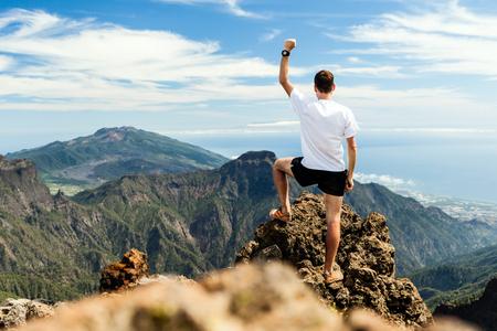 Trail Runner, Mann und Erfolg in den Bergen. Laufen, Sport, Fitness und gesunde Lebensweise im Freien im Sommer Natur