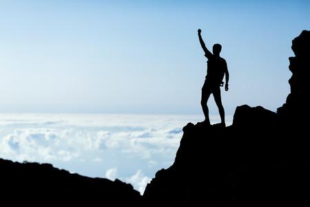 Wandern oder Laufen Silhouette, Mann und Erfolg in den Bergen. Fitness und gesunde Lebensweise im Freien im Sommer Natur auf La Palma, Kanarische Inseln