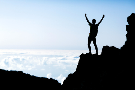 Erfolgreiche Wander-oder Trail Running Silhouette, Mann und Erfolg in den Bergen Fitness und gesunde Lebensweise im Freien im Sommer Natur auf La Palma, Kanarische Inseln Lizenzfreie Bilder