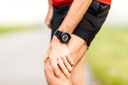 dolor: Celebraci�n del corredor dolor de la pierna, dolor de rodilla de correr o hacer ejercicio, correr lesi�n o calambre, campo a trav�s en la naturaleza verano