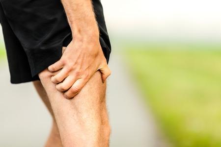 masaje deportivo: Celebración del corredor dolor de piernas, dolor de correr o hacer ejercicio, correr lesión o calambre, campo a través en la naturaleza verano