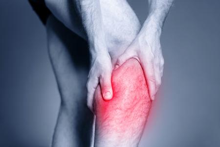 musculos: Dolor en la pantorrilla de la pierna, dolor muscular y doloroso hombre sosteniendo, esguince o dolor de calambre lleno de rojo rosa lugar luminoso. Persona lesionada en el ejercicio o correr