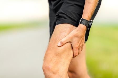 muskeltraining: Runners Bein-und Muskelschmerzen auf Lauftraining im Freien im Sommer Natur, Sport Joggen Verletzungen bei der Arbeit aus. Gesundheit und Fitness-Konzept mit schmerzenden K�rper