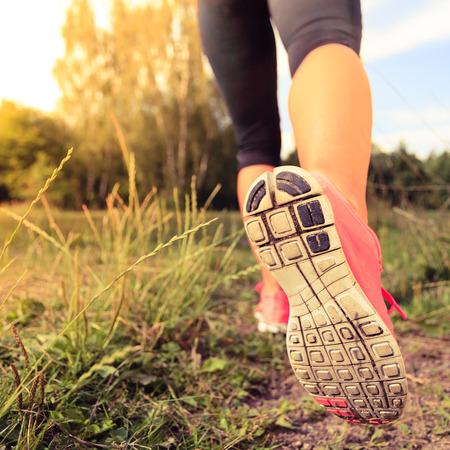 Wandelen of hardlopen oefening benen op een voetpad in bos inspiratie motivatie prestatie concept van de geschiktheid openlucht avontuur en oefenen in het voorjaar of de zomer de natuur Stockfoto