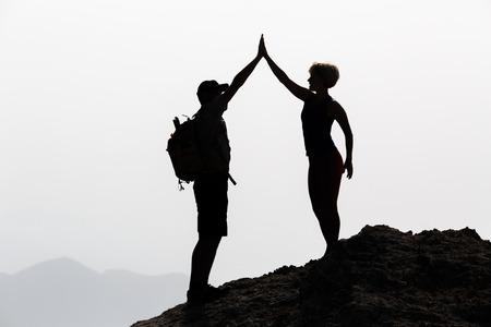 成功カップル達成登山やハイキング、男と腕を祝う女性のビジネス コンセプトは差し出されたアウトドアを発生します。動機と inspirationan の風景を 写真素材