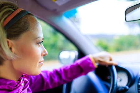 persona viajando: Conducción de vehículos de la mujer, feliz viaje por carretera en un día soleado de verano, jóvenes persona viaje en coche mirando a su alrededor en el hermoso paisaje. Turismo y concepto de transporte, la gente que viaja en la carretera nacional.