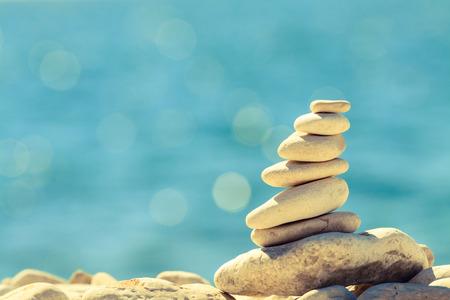 cielo azul: Equilibrio Piedras en la playa del vintage, inspirado paisaje de verano. Pila jerarqu�a de estabilidad sobre el mar azul en Croacia. Spa o el bienestar, la libertad y el concepto de la estabilidad en las rocas.