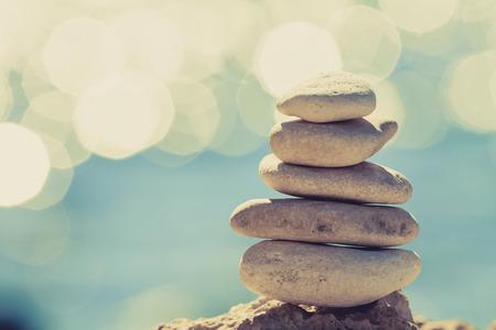 Pierres équilibre sur la plage vintage, paysage d'été inspirant. Hiérarchie de stabilité sur la mer bleue en Croatie. Spa ou concept de bien-être, de liberté et de stabilité sur les rochers.
