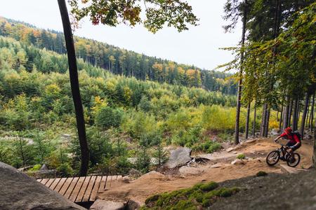 山のバイカーは、秋の心に強く訴える山風景の中の自転車に乗って。男サイクリング MTB エンデューロ トレイルを追跡します。スポーツ フィットネ