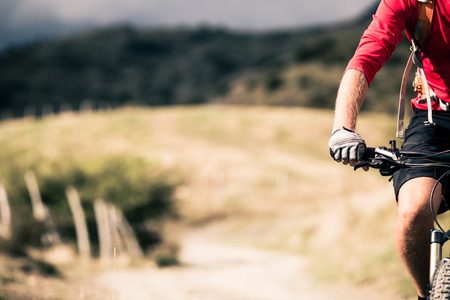 가을 산에서 자전거 싱글 트랙 흔적에 타고 산악 자전거. 농촌 시골 길 또는 하나의 트랙에 남자 라이더 자전거 MTB. 아름다운 영감 풍경 스포츠 피트니