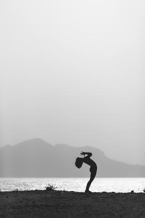 siluetas de mujeres: Mujer meditando en pose de yoga silueta en el océano, la playa y las montañas. La motivación y la inspiración de hacer ejercicio. Estilo de vida saludable al aire libre en la naturaleza, concepto de fitness.
