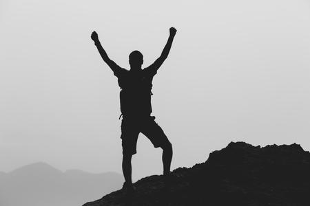 Succes behalen klimmen of wandelen prestatie zakelijk concept met man vieren met armen omhoog, opgeheven uitgestrekt, klimmen, trail lopen buiten