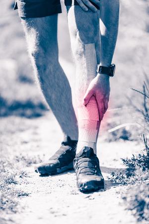 piernas hombre: Los corredores dolor en las piernas, hombre que sostiene músculo de la pierna dolorosa llaga y sobreentrenamiento con cinta kinesiotape, esguince o dolor de calambre lleno de rojo rosa lugar luminoso. Lesionado persona sobreentrenamiento al hacer ejercicio o correr al aire libre.