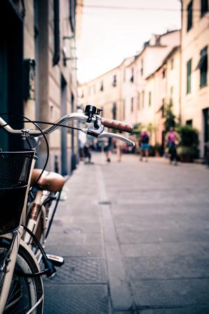personas en la calle: Ciudad vieja manillar de la bicicleta y la cesta sobre fondo de calle borrosa con la gente caminando. Bici de la vendimia estilo retro con espacio de copia bokeh. Foto de archivo