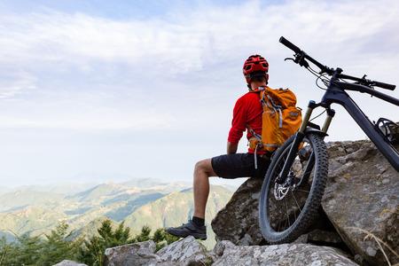 가을 산에서 자전거 흔적에보기를 찾고 산 자전거 타는 사람. 하나의 트랙 라이더 자전거. 스포츠 피트니스, 아름다운 영감 풍경에 동기를 부여하고 영