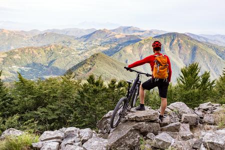 山のバイカーは、秋の山で自転車道観を見てします。ライダー ロッキー単線にサイクリングします。スポーツ フィットネス動機と冒険のインスピレ 写真素材