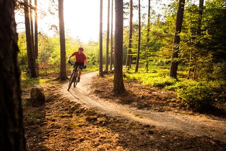 ciclista de montaña montando en bicicleta en las montañas del paisaje resorte propulsor. El hombre en bicicleta de MTB en la pista pista de enduro. Deporte motivación de la aptitud y la inspiración. Foto de archivo