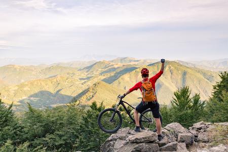 산 자전거 타는 성공, 가을 산에서 자전거 흔적에보기를 찾고 있습니다. 아름다운 영감 풍경을 축 하합니다. 바위에 성공적인 행복 라이더. 스포츠 모 스톡 콘텐츠