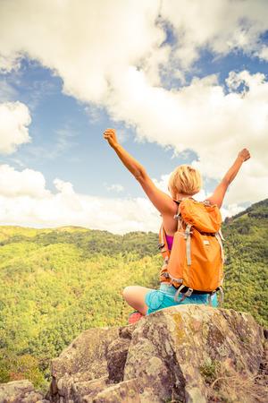 Senderismo mujer celebrando paisaje de las montañas de inspiración con los brazos extendidos. Fitness y estilo de vida saludable al aire libre en la naturaleza de verano de colores. Senderismo, camping y viajes de escalada.
