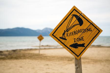 카이트 서핑 서명, 크로아티아에서 아드리아 해에서 해변에서 나무 카이트 서핑 푯 말. 영감을 된 kitesurfer 실루엣, 스포츠 및 레크리에이션 개념. 스톡 콘텐츠 - 82360844