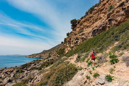 해변에서 영감을 된 산에서 실행하는 사람. 젊은 선수 운동 및 야외 자연에서 운동을 하 고 젊은 선수. 스포츠 및 피트니스 훈련 영감과 동기 부여. 스톡 콘텐츠