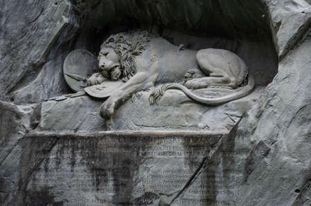 Vista frontal de la estatua del león moribundo en Lucrene Swtizerland día nublado