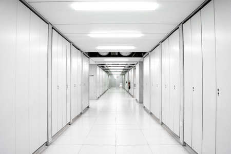 edificio industrial laboratorio de ciencias pasillo vacío pasillo iluminado por luces de neón con puertas de casilleros en ambos lados 2020