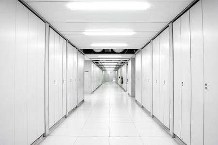 Industriegebäude Wissenschaftslabor leerer Korridor Flur beleuchtet von Neonlicht mit Schließfachtüren auf beiden Seiten 2020