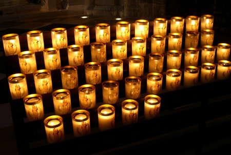 solemnity: Candele in una chiesa Editoriali