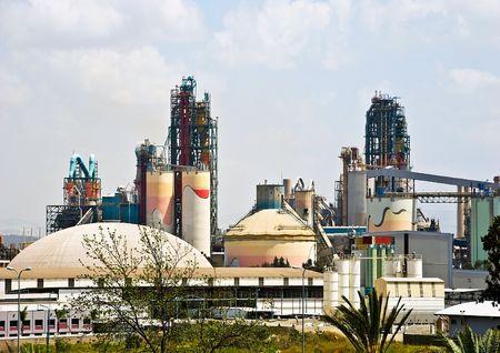巨大なパイプのインストールとセメント工場建物 写真素材