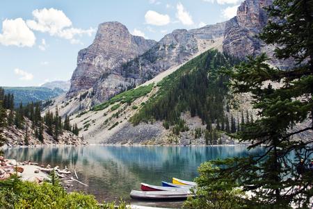 モレーン湖村外湖バンフ国立公園、アルバータ、カナダ、雪に囲まれた 10 のピークの谷に位置していますで覆われたロッキー山脈のピーク 写真素材