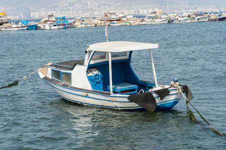 vieux bateau en bois de pêche d'amarrage à la jetée