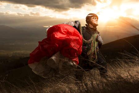 若い男パラグライダー山の夕日