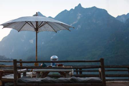 aire puro: mesa de café al aire libre y el aire fresco de la mañana Foto de archivo