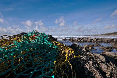 redes de pesca: redes de pesca en la orilla del mar