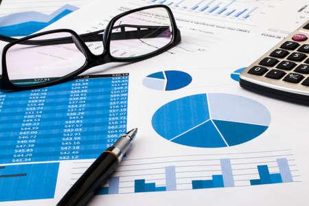 kantoor scène: financiële grafiek en grafiek