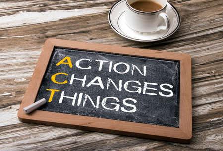 les mots d'action change les choses sur tableau noir